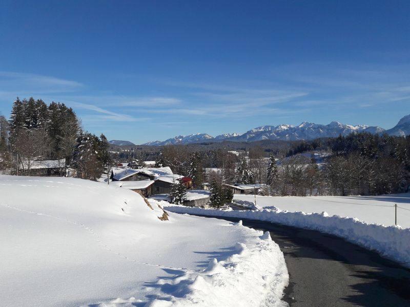 Unser Haus mit schneegesäumtem Weg zur Alpe Beichelstein