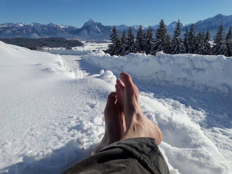hochgelegte Füße vor einer verschneiten Kulisse