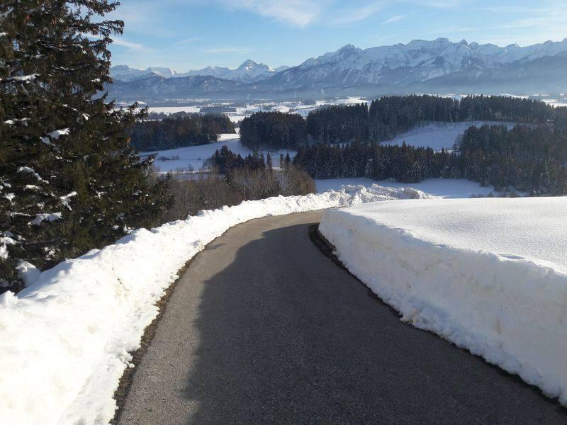 Schneegesäumte Asphaltstraße