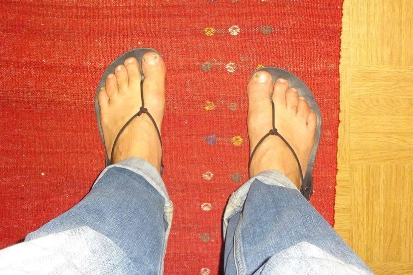 Die Geniale Sandale an den Füßen, von oben betrachtet