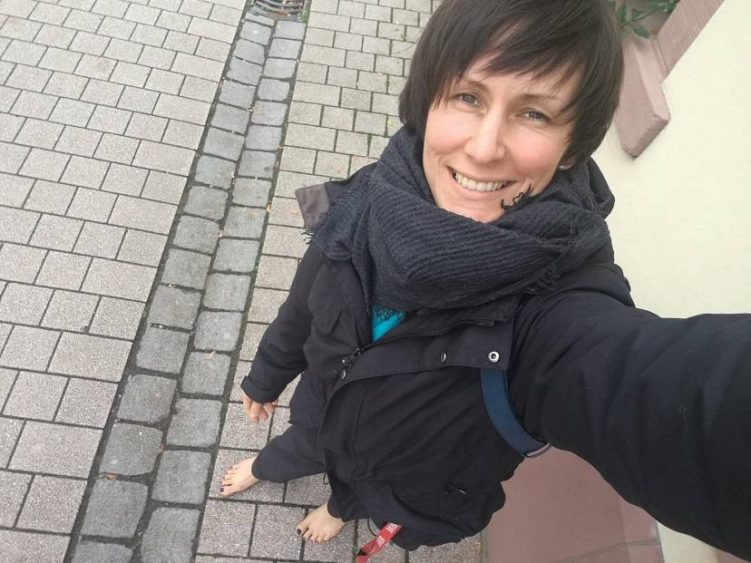 Selina Hocke barfuß in der Stadt
