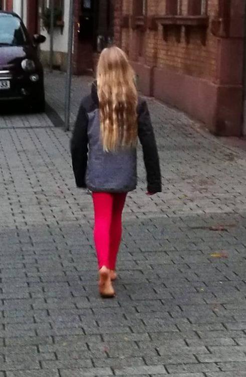 Laura spaziert barfuß in der Stadt