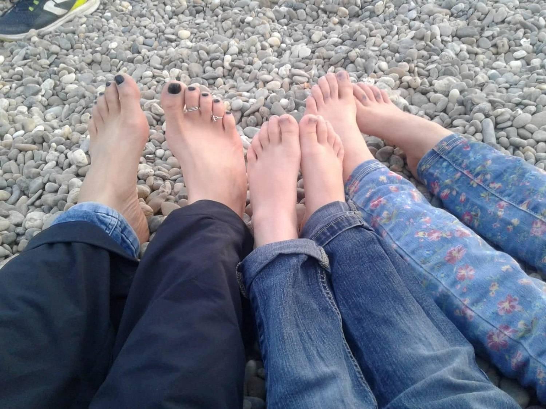 Selina mit ihren Kindern barfuss am Fluss