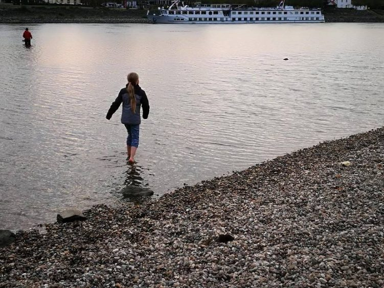 Laura barfuß im Fluss