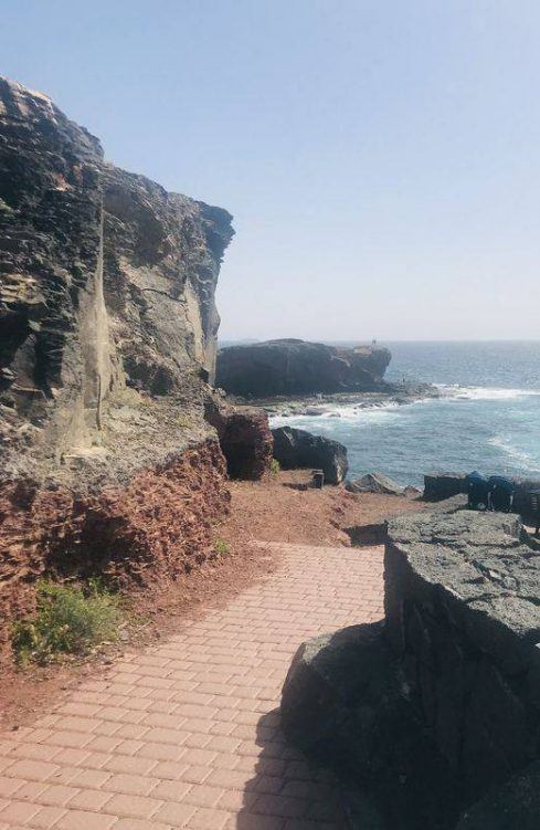 Ein terrassierter Weg führt zum Meer
