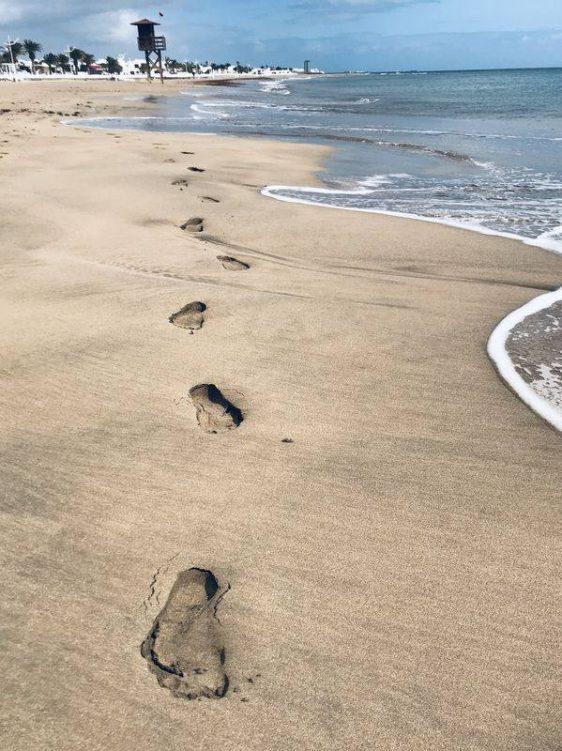 Barfussspuren im Sand