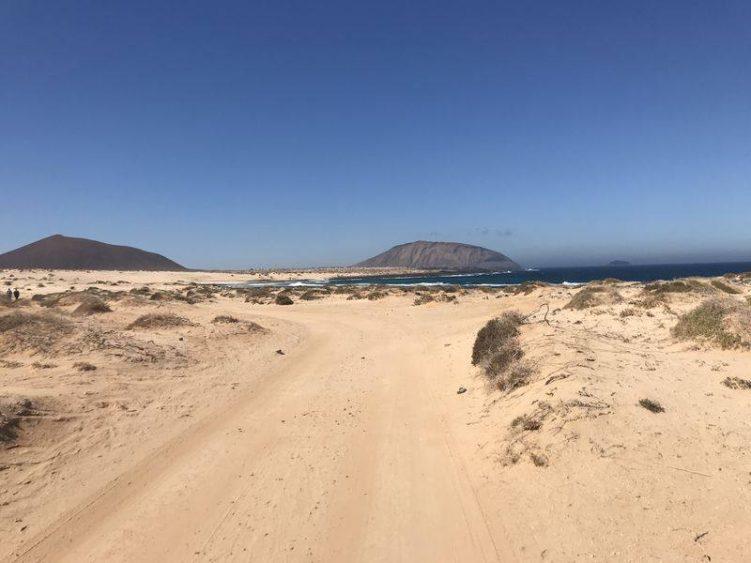 Sandige Straße am Meer auf Lanzarote
