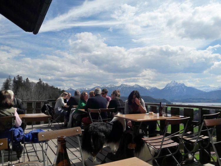 Gäste auf der Terrasse der Alpe Beichelstein