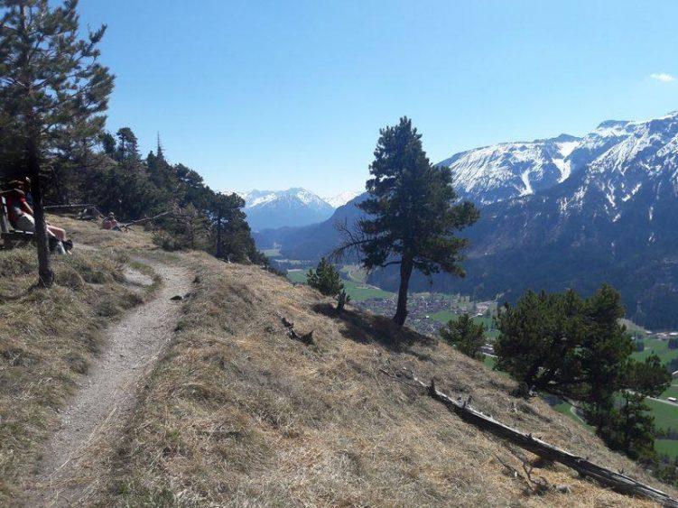 Barfußfreundlicher Saumweg mit toller Aussicht auf die schneebedeckten Berge