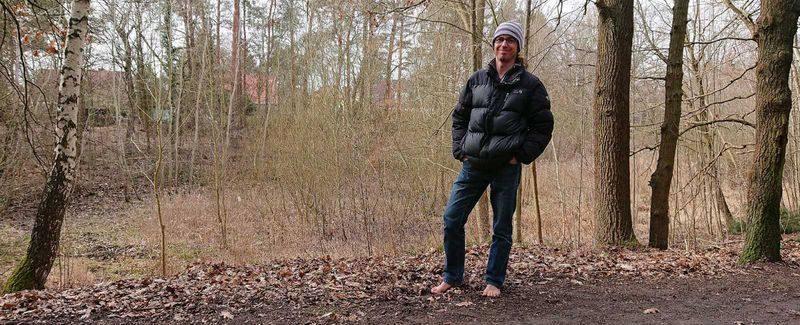 Forbi barfuß im Wald