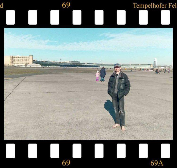 Barfuß auf dem Flughafenrollfeld