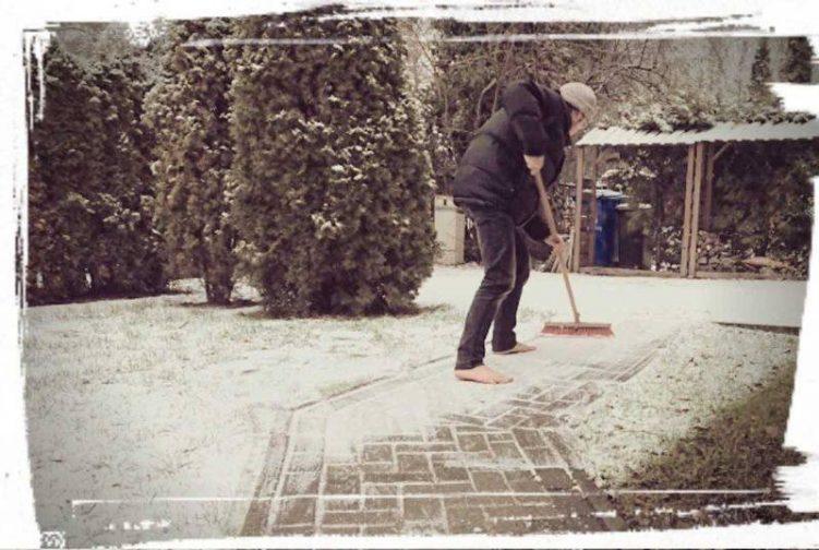 Barfuß Schnee fegen