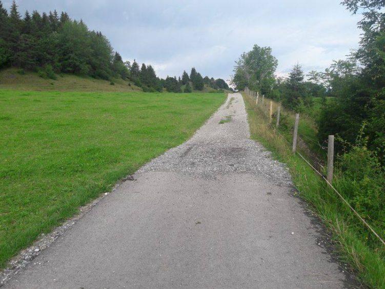 Wechsel von Asphaltweg zu Kiesweg