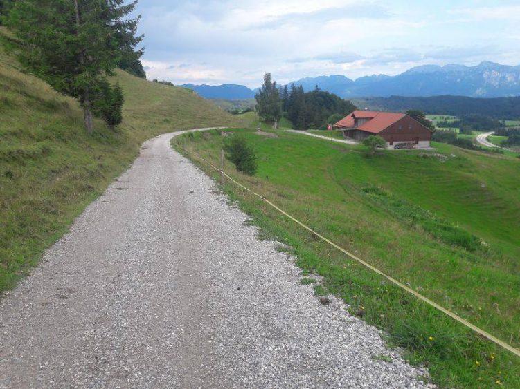 Splittweg mit Blick auf Alpe Beichelstein und Berge