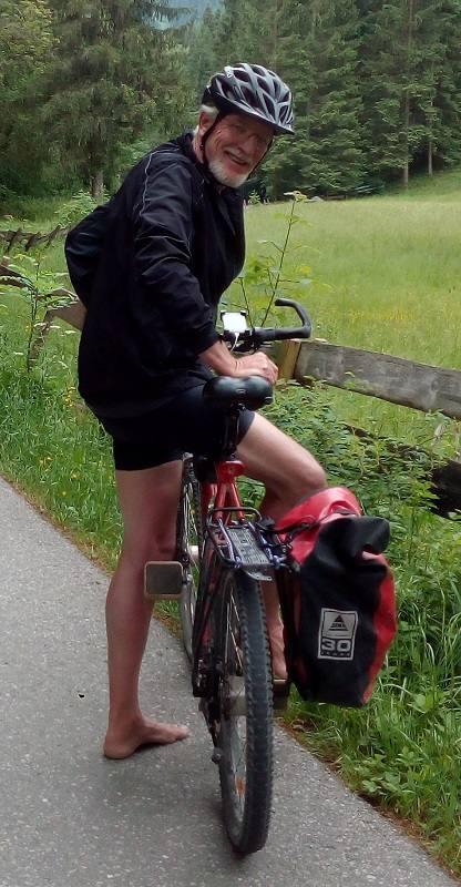 Wolfgang fährt barfuß Fahrrad