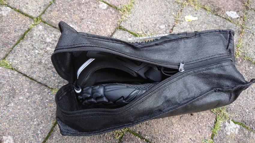 Die Whitin Barfußschuhe in der praktischen Tasche