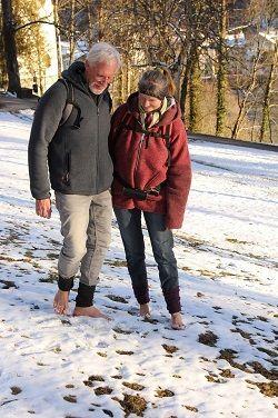 Startseite Eva und Wolfgang barfuss im Schnee
