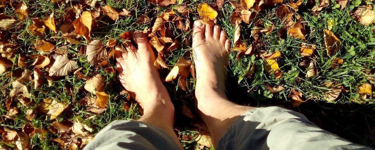 Füße im Herbstlaub