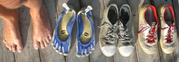 Barfuß, Zehenschuhe von Vibram, Leinenschuhe von Ethletics und Laufschuhe aus Leder von Brütting
