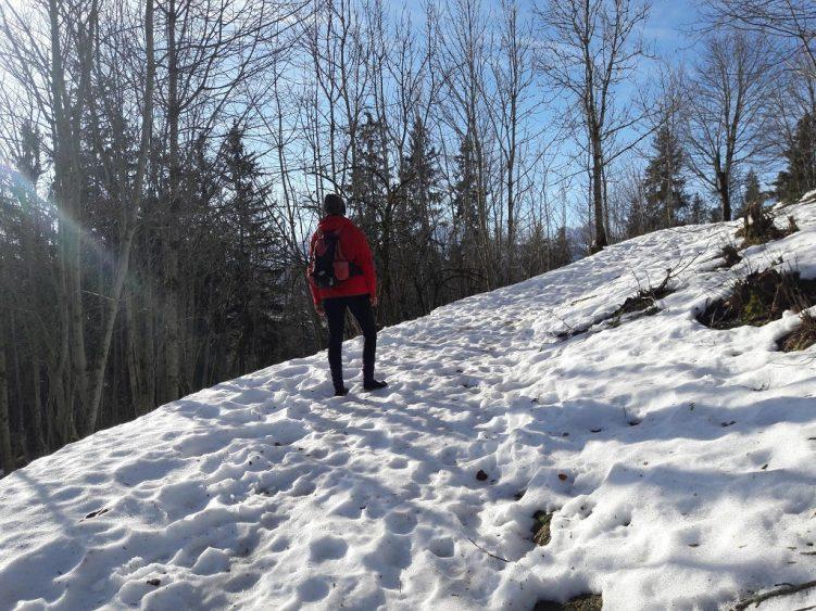 Eva mit Leguano im gefrorenen Schnee