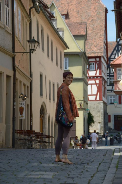 Barfußläuferin in der Innenstadt