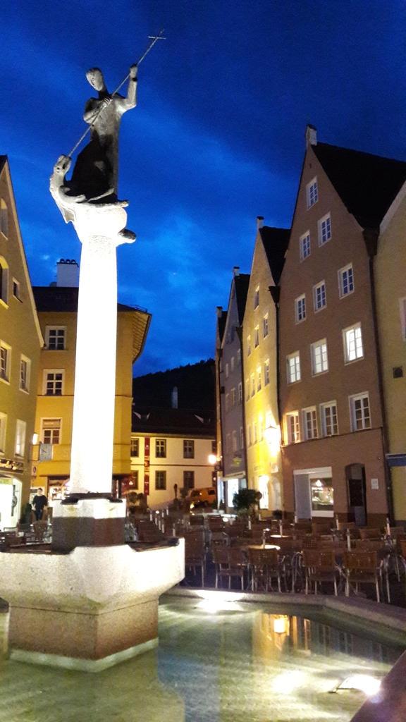 Stadtbrunnen bei Nacht