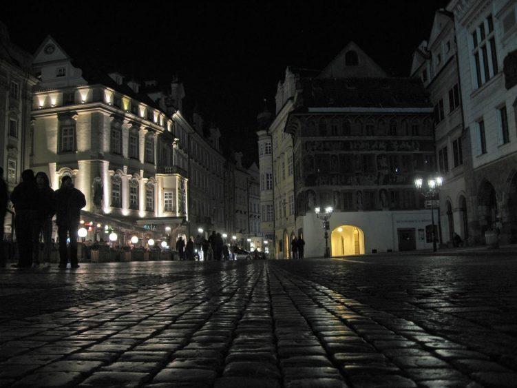 Auf dem Weg zum Altstadtring in der Nacht mit Pflaster im Vordergrund