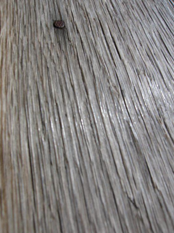 Detail eines Holzbodens mit Nägeln