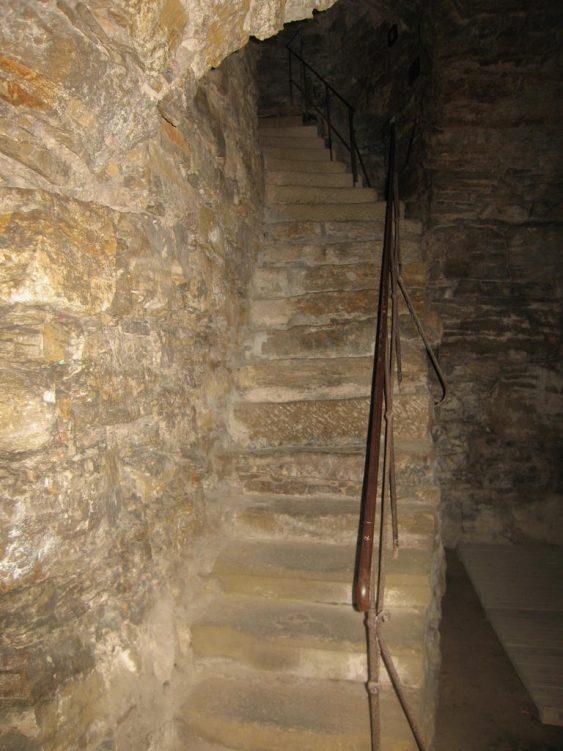 Steintreppe in den Kasematten der Wolfgangskirche