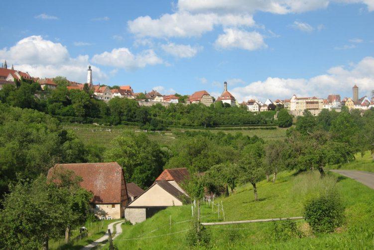 Panoramablick auf die Stadt aus dem Taubertal