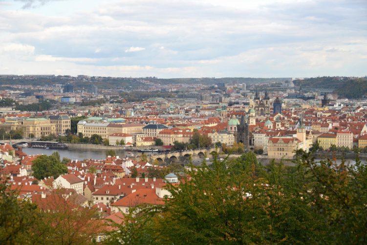Aussicht von dem Laurenziberg auf Prag mit der Karlsbrücke