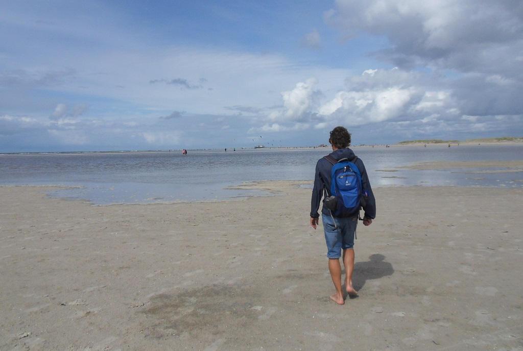 Detlef von Rein barfuss am Strand