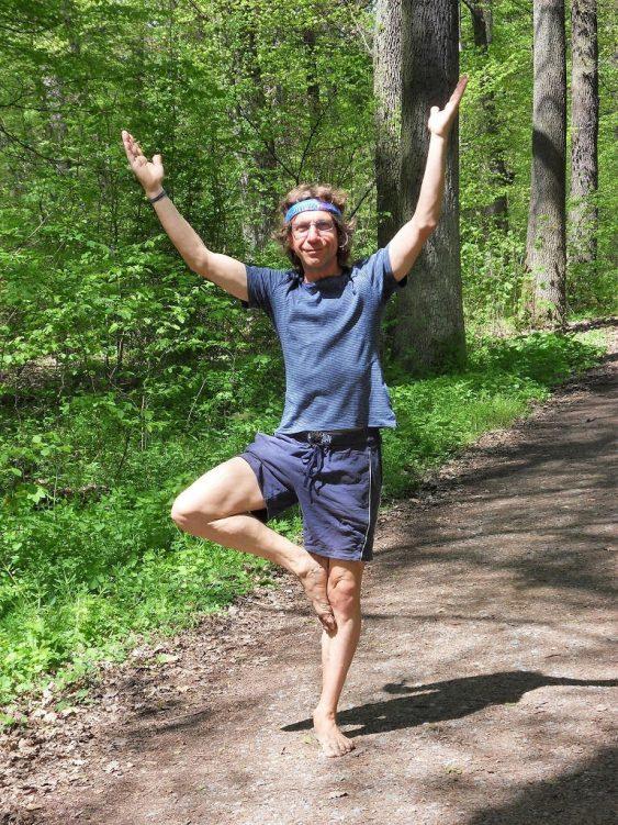 Detlef von Rein in einer Yoga-Pose im Wald