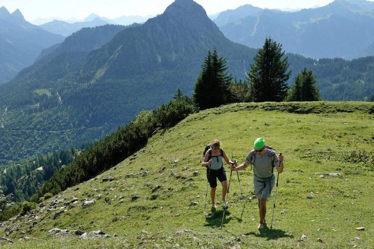 Ein Paar wandert barfuß über die Berge